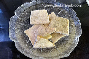 400 ml santan kental 1/2 sdt garam 1 lbr daun pandan, ikat